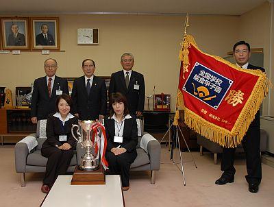 市長に優勝の報告をする秋山栄養士・小川調理員の画像