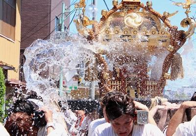 フォトコンテスト:興奮の水掛け祭り