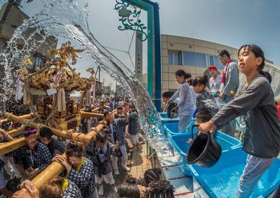フォトコンテスト:神輿襲う水柱