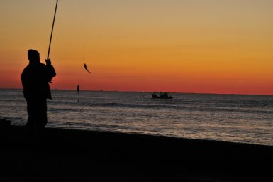 フォトコンクール:早朝の釣り人