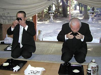 三杯目を飲み干す酒豪たちの画像