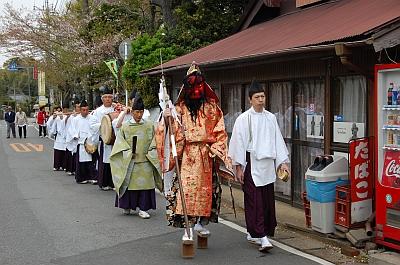 高下駄を履いた「天狗」を先導に松山神社へと練り歩くの画像