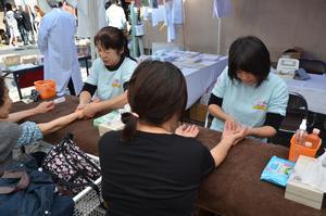会場にはさまざまな売店や健康コーナーなどが並びます02