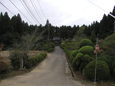 米倉の西光寺(中央奥)を望む風景
