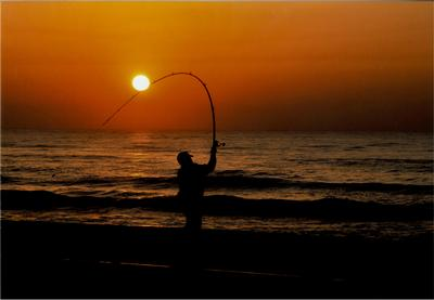フォトコンクール:日の出と釣り人