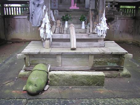 八坂神社に祀られている石棒と奉納物