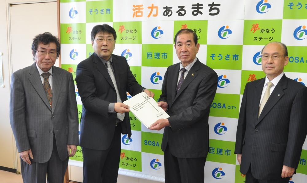 匝瑳市再生への提案書を手渡し