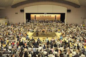 市制施行10周年記念行事を締めくくった「大相撲秋巡業匝瑳場所」。会場は約2700人の相撲ファンで埋め尽くされた。画像