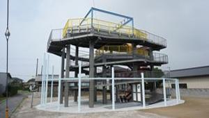 今泉地先に整備した津波避難タワー(左)