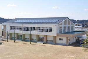 完成した椿海小学校屋内運動場(左)